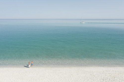 TUI-Calabria_LifeStyle_TROPEA_FamilyCouple_Beach-Drone_4948a_1final-1351×900