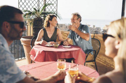 TUI-Calabria_LifeStyle_TROPEA_Terrace-Drinks_4581-1350×900